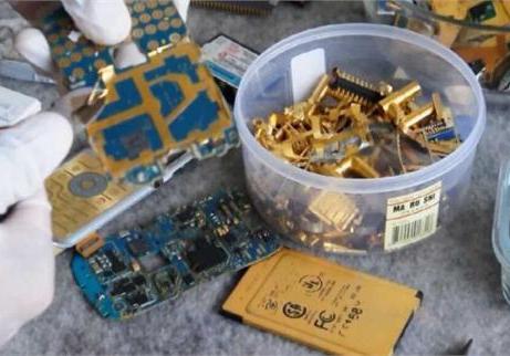 央视调查旧手机 可提炼黄金纯度远高于矿石 第2张